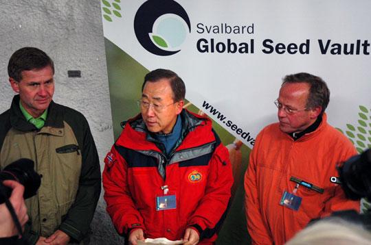 Landbruks- og matminister Lars Peder Brekk med FNs generalsekretær Ban Ki-Moon og miljø- og utviklingsminister Erik Solheim ved Svalbard Globale frøhvelv.