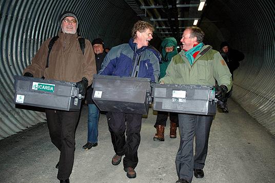 Svalbard Globale frøhvelv: Cary Fowler og Lars Peder Brekk på vei inn i hvelvet med frø. Foto: Kjell Werner, ANB
