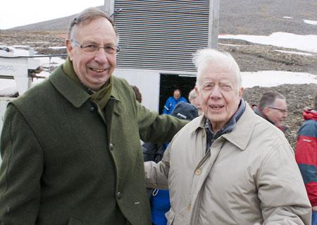 Departementsråd Per Harald Grue og president Jimmy Carter utenfor Svalbard Globale frøhvelv. Foto: Gunnar Thorenfeldt/Svalbardposten